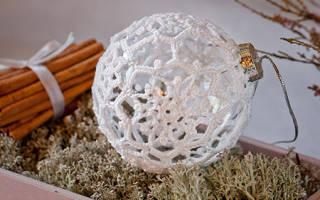 Декор новогодних шаров: варианты кружевом и лентами